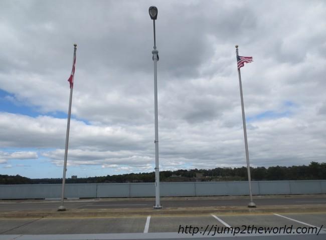 国境にはカナダ、アメリカ両国旗があるのみ
